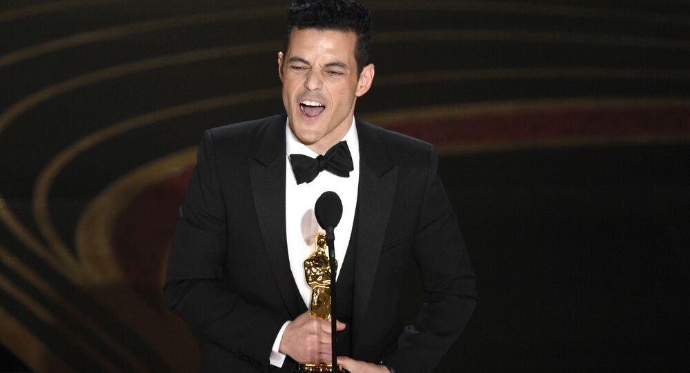 الممثل رامي مالك يستلم جائزة أفضل ممثل في فيلم الملحمة البوهيمية (Bohemian Rhapsody)، خلال مراسم الحفل الـ 91 لتوزيع جوائز أوسكار السينمائية في هوليوود، لوس أنجلوس، كاليفورنيا، الولايات المتحدة 24 فبراير/ شباط 2019