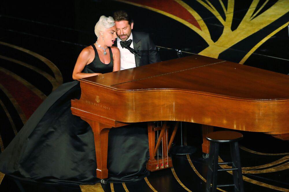 المغنية والممثلة الأمريكية ليدي غاغا والممثل الأمريكي برادلي كوبير، يوؤديان أغنية شالو (Shallow) من فيلم أ ستار إز بورن (A Star Is Born)، خلال مراسم الحفل الـ 91 لتوزيع جوائز أوسكار السينمائية في هوليوود، لوس أنجلوس، كاليفورنيا، الولايات المتحدة 24 فبراير/ شباط 2019