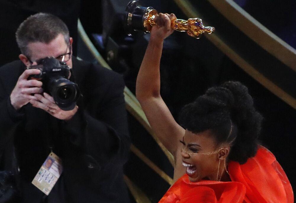 هانا بيتشلير تحتفل بجائزتها أفضل انتاج فنيفي فيلم Black Panther، في مراسم الحفل الـ 91 لتوزيع جوائز أوسكار السينمائية في هوليوود، لوس أنجلوس، كاليفورنيا، الولايات المتحدة 24 فبراير/ شباط 2019