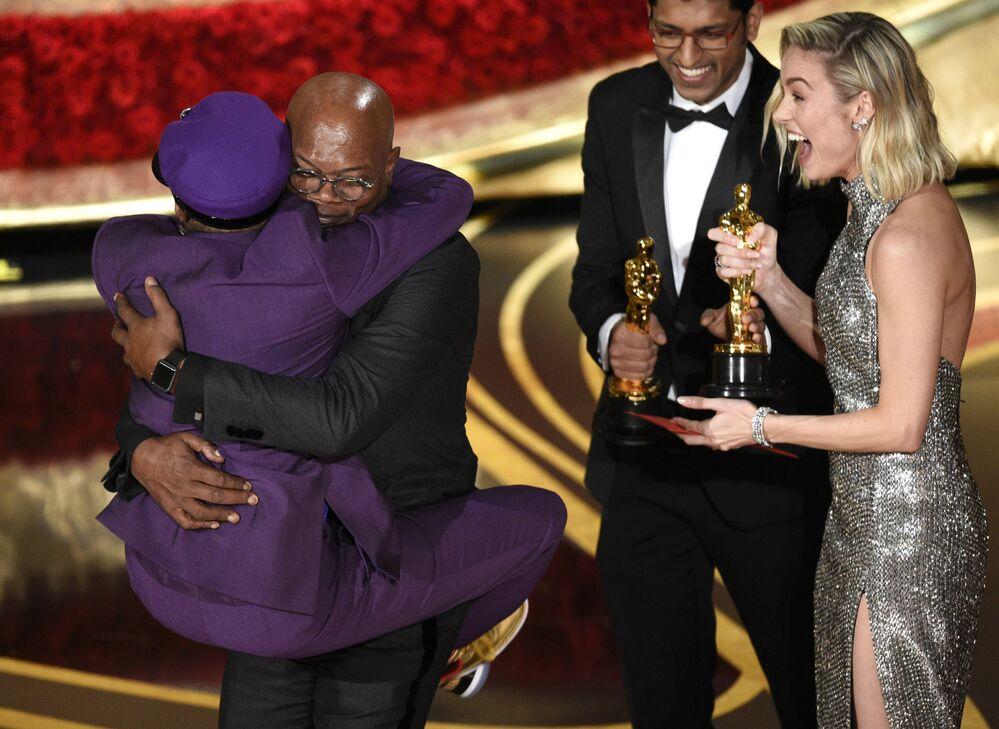 الممثل الأمريكي صاموئيل ل. جاكسون يحتضن الممثل سبايكي ليي الفائز بجائزة أفضل سيناريو معدّل لفيلم BlacKkKlansman، خلال مراسم الحفل الـ 91 لتوزيع جوائز أوسكار السينمائية في هوليوود، لوس أنجلوس، كاليفورنيا، الولايات المتحدة 24 فبراير/ شباط 2019