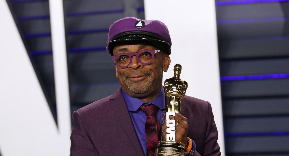 المخرج الأمريكي سبايك لي يحمل جائزة أوسكار أفضل سيناريو مقتبس عن فيلم كلانزمان الأسود