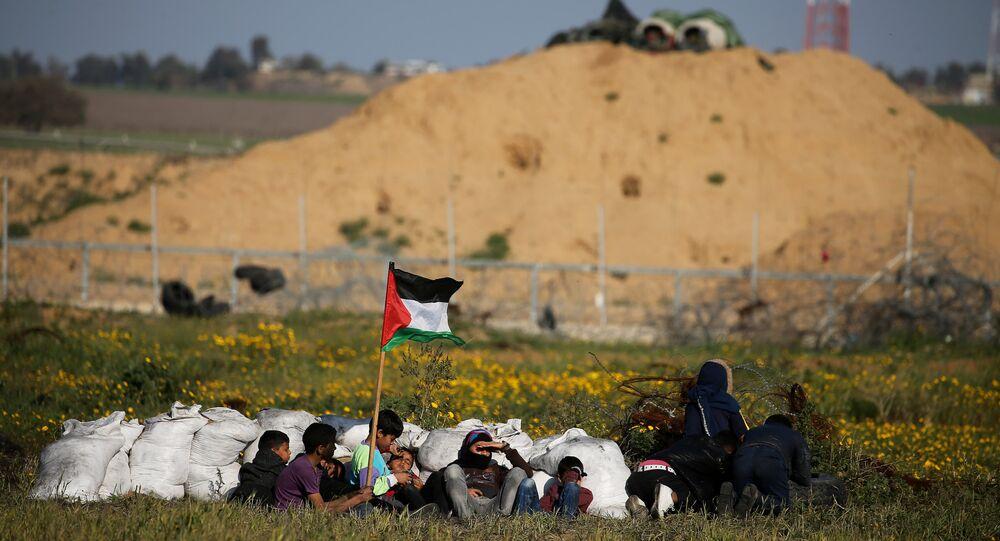 متظاهرون فلسطينيون قبالة الحدود بين غزة والاراضي المحتلة