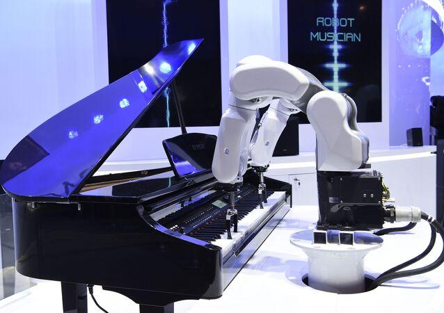 روبوت موسيقار (ZTE) يعزف على البيانو في معرض المؤتمر العالمي للموبايل 2019 في برشلونة، إسبانيا 25 فبراير/ شباط 2019