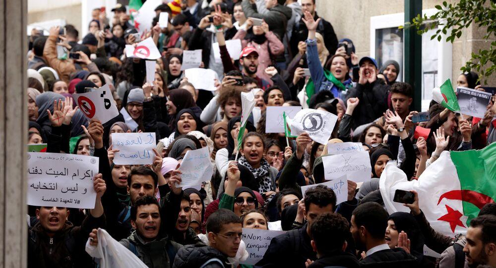 الطلاب المحتجون داخل حرم الجامعة ضد الرئيس عبد العزيز بوتفليقة
