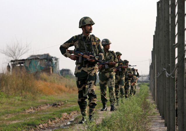 جنود قوات حرس الحدود الهندية يقومون بدوريات على طول الحدود مع باكستان