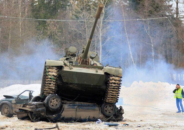 دبابة تي-55 تساعد على التخلص من السيارات المتقادمة