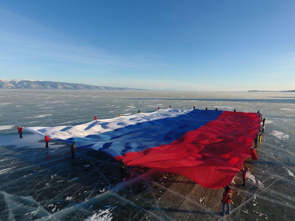 نشر العلم الوطني لروسيا الاتحادية، الذي تبلغ مساحته 1423 مترا مربعا، غير مسجل على جليد بحيرة بايكال، أكبر خزان للمياه العذبة في العالم. تم تسجيل هذه الفعالية في كتاب للأرقام القياسية في روسيا والعالم.