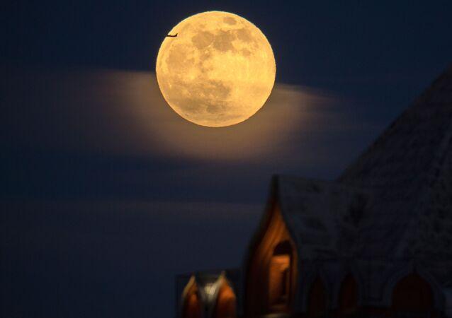 ظهور القمر العملاق في موسكو، لأول مرة هذا العام في روسيا 19 فبراير/ شباط 2019