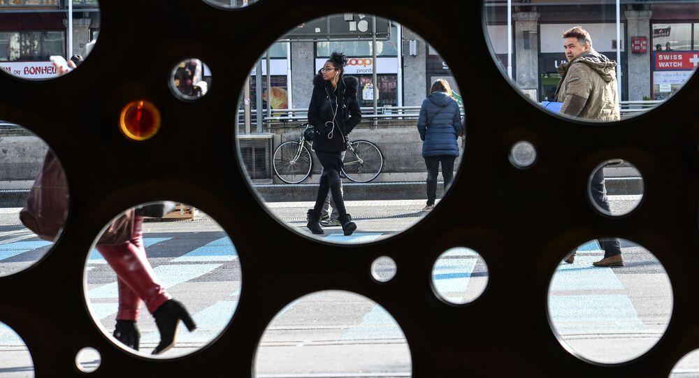 أشخاص يسيرون في مدينة جنيف، سويسرا