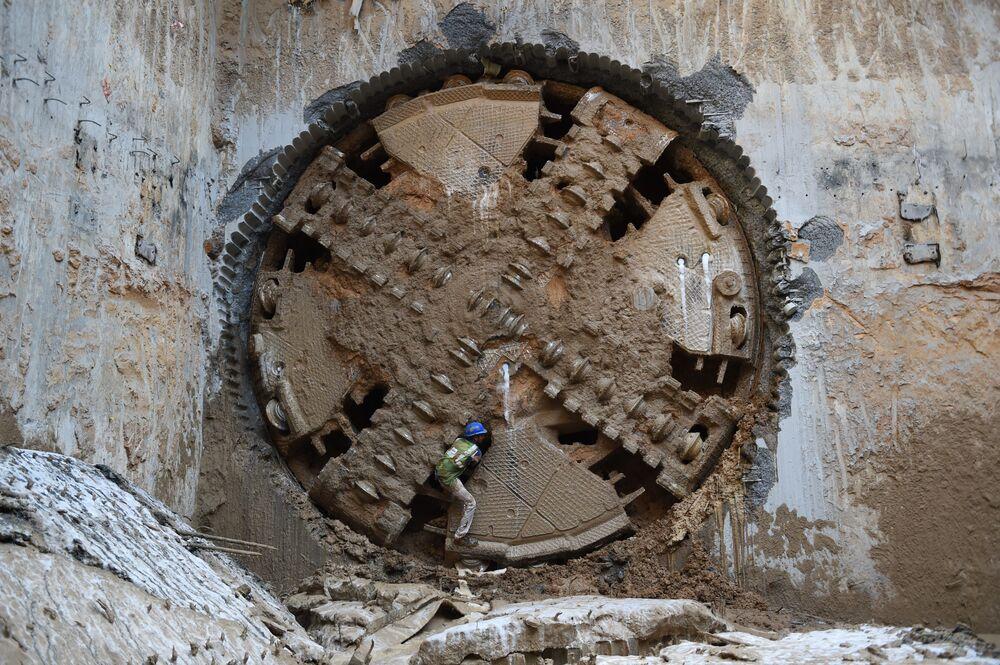 عامل هندي بعد أن اخترقت آلة حفر الأنفاق النفق المتجه شرقاً لشركة غوجارات مترو ريل كوربوريشن المحدودة في مدينة أحمد آباد الهندية في 25 فبراير/ شباط 2019