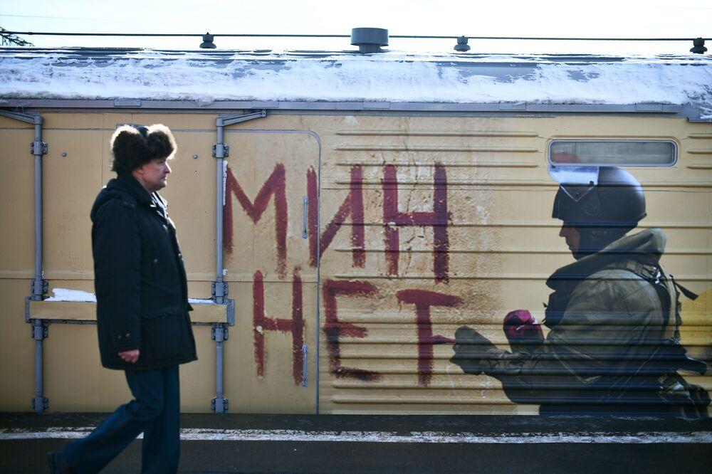 وصل قطار الانتصار السوري (سيرييسكي بيريلوم) إلى مدينة بيلغورود الروسية، ضمن جولته التي تشمل زيارة 60 مدينة روسية. من المخطط أن يتوقف القطار لمدة لا تزيد عن بضع ساعات، بحيث يمكنك التعرف على ما يحتويه من معرض غنائم الحرب السورية ضد الإرهاب. ومن المقرر أن يقطع القطار رحلته في غضون 75 يومًا قبل أن يعود إلى موسكو في 27 أبريل/ نيسان 2019