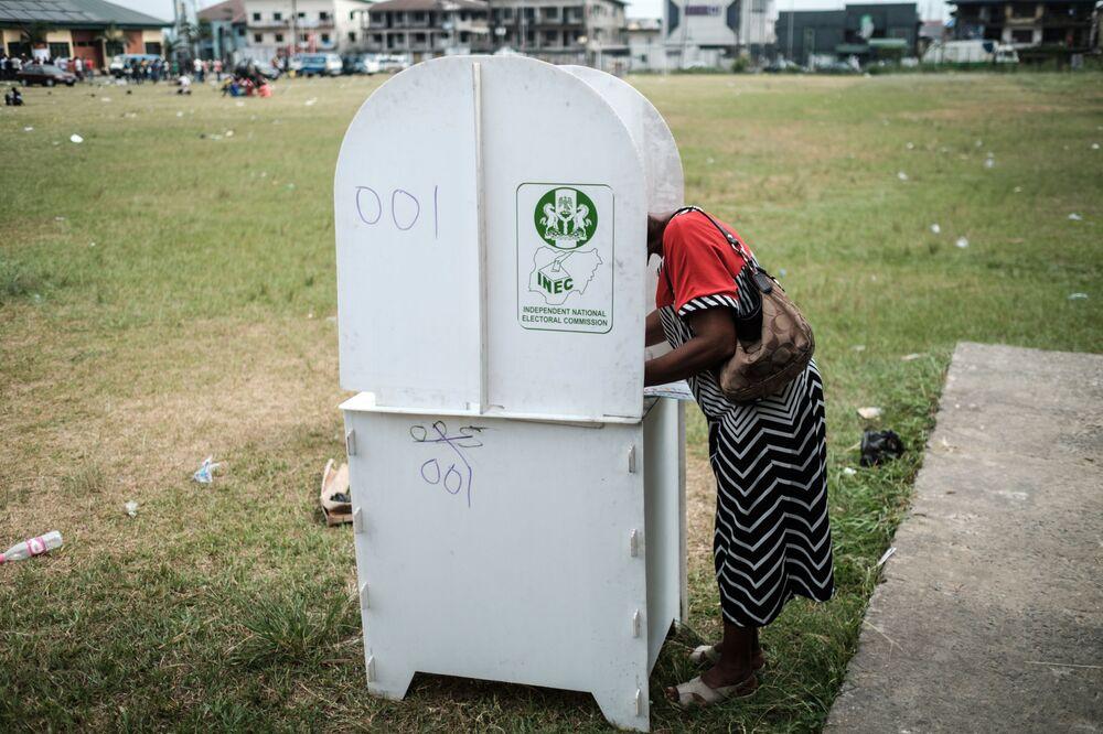 مواطنة تقوم بالتصويت، في إطار الانتخابات البرلمانية والرئاسية في نيجيريا 23 فبراير/ شباط 2019