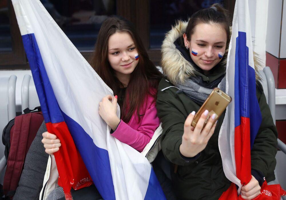 مشجعون في محطة بيلوروسكيا في موسكو قبل إرسال فريق الطلاب الروسي إلى دورة الألعاب الشتوية للطلاب لعام 2019، التي ستعقد في الفترة من 2 إلى 12 مارس/ آذار 2019 في كراسنويارسك.