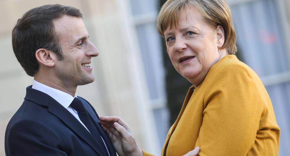 الرئيس الفرنسي إيمانويل ماكرون والمستشارة الألمانية أنجيلا ميركل يرحبان ببعضهما لدى لقائهما في باريس، فرنسا 27 فبراير/ شباط 2019