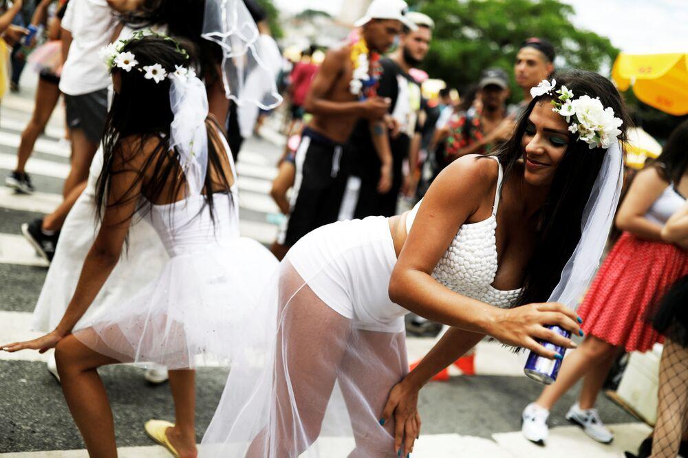 مشاركون في حفلة سنوية معروفة باسم Marry me (تزوجني) ، خلال احتفالات الكرنفال في ساو باولو، البرازيل 23 فبراير/ شباط 2019