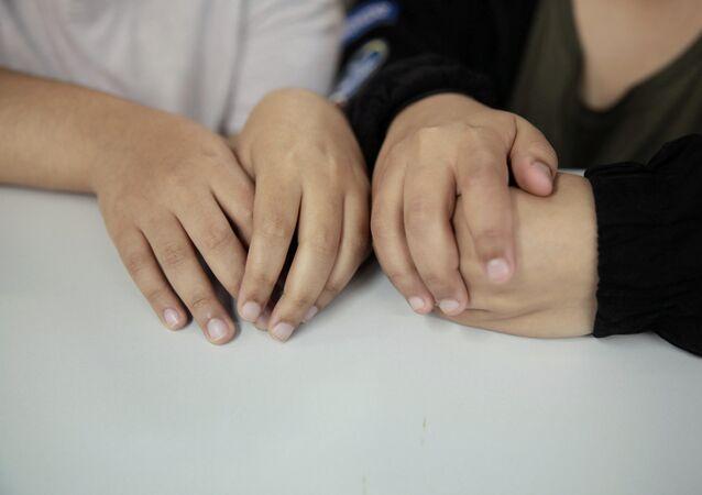 الشقيقتان السعوديتان اللتان اتخذتا أسماء مستعارة ريم وروان في مكتب محاميهم مايكل فيدلر في هونغ كونغ
