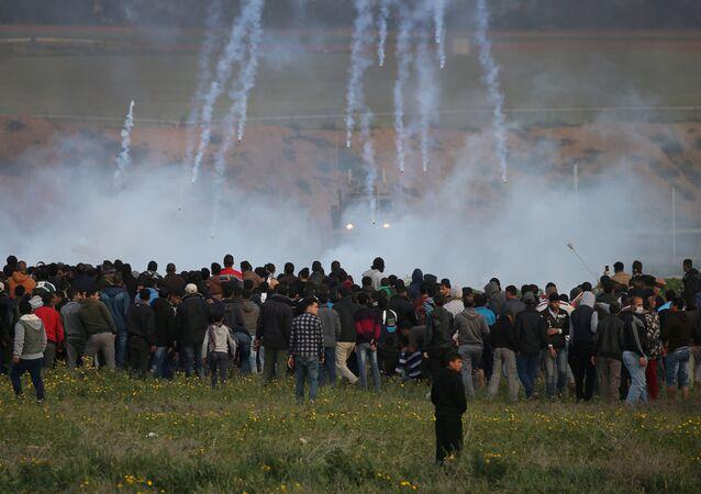 القوات الإسرائيلية تطلق قنابل الغاز المسيل للدموع باتجاه المتظاهرين الفلسطينيين خلال مظاهرة على السياج الحدودي بين إسرائيل وقطاع غزة، في جنوب قطاع غزة 22 فبراير/ شباط 2019