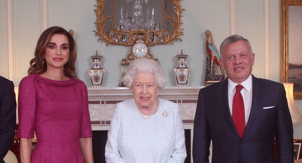 الملكة إليزابيث بين ملك الأردن الملك عبد الله الثاني وزوجته الملكة رانيا