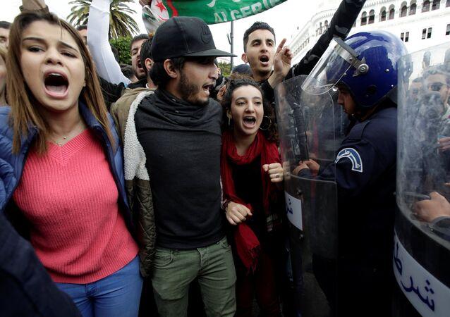 مظاهرات في الجزائر ضد ترشح عبد العزيز بوتفليقة