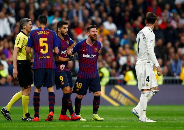 شجار ميسي و راموس خلال مباراة ريال مدريد وبرشلونة في كلاسيكو الأرض