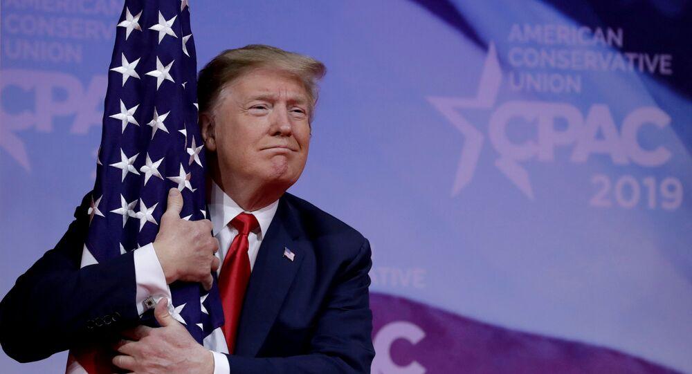 ترامب يحتضن العلم الأمريكي