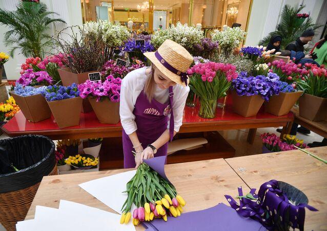 موسكو تستعد ليوم المرأة العالمي - سوق الأزهار، الورود، بيتروفسكي باساج في موسكو