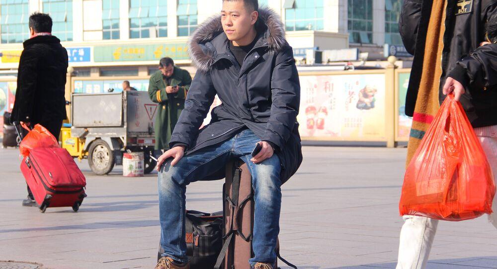 مواطن صيني أمام مطار بكين الدولي الجديد