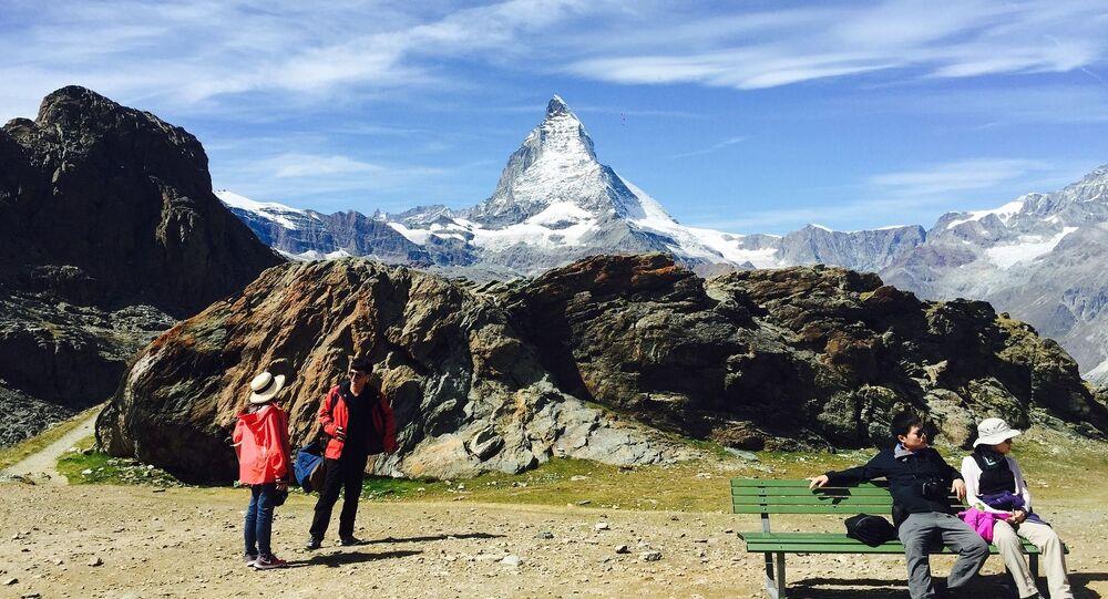السياح على خلفية ماترهورن في جبال الألب بينين على الحدود بين سويسرا وإيطاليا