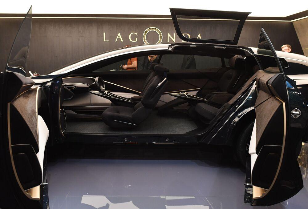 معرض جنيف الدولي للسيارات لعام 2019 - عرض سيارة رباعية الدفع Lagonda All-Terrain في جناح شركة Aston Martin