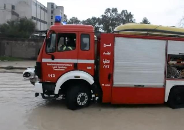 الأمطار تغمر الطرق والسيارات في مدينة اللاذقية السورية