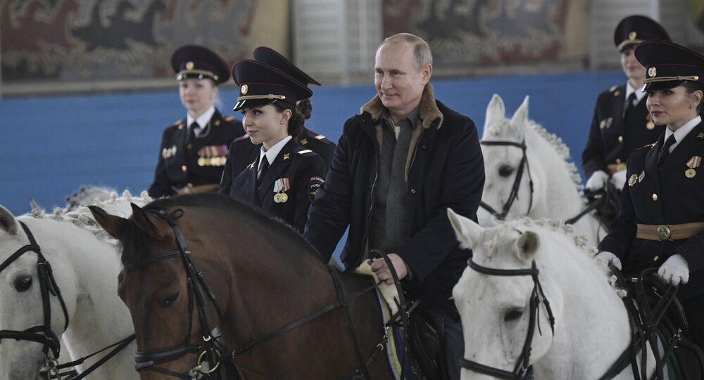 بوتين يمتطي حصان تابع لخيالة الشرطة