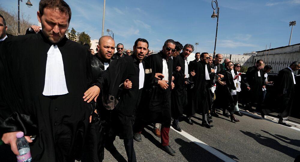 خروج مئات المحامين  في الجزائر احتجاجا على إعادة ترشيح الرئيس الجزائري عبد العزيز بوتفيلقة