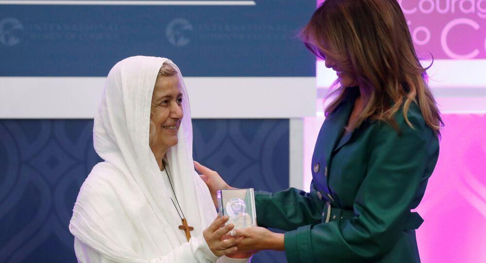 ملانيا ترامب تسلم امرأتين عربيتين جائزة الشجاعة