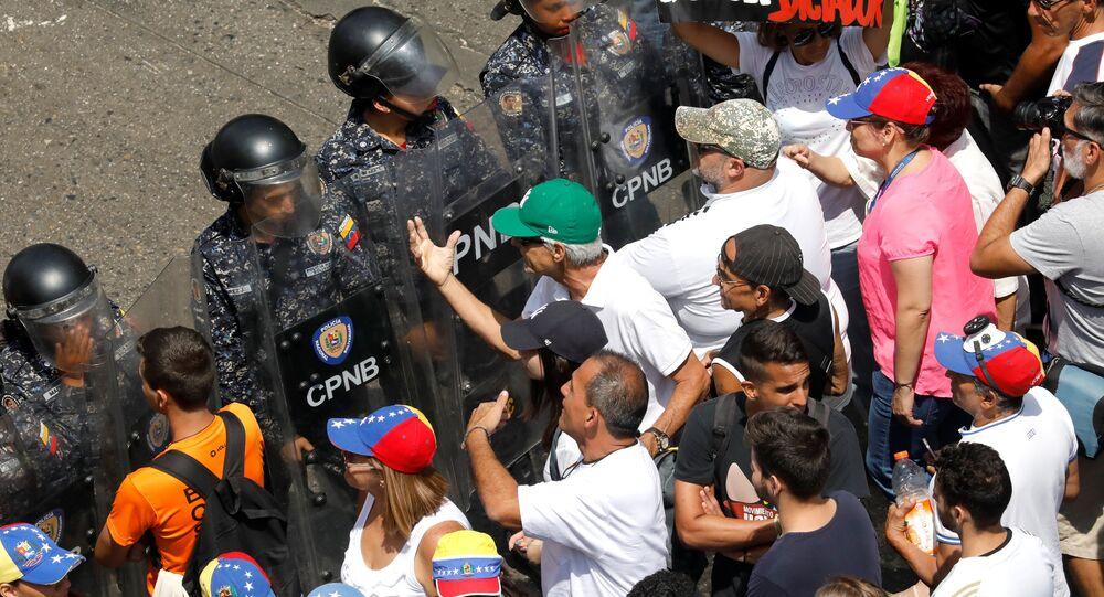 أنصار المعارضة في تجمع ضد حكومة الرئيس الفنزويلي نيكولاس مادورو في كاراكاس