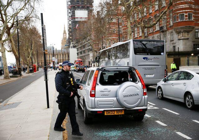 الشرطة المسلحة تقف بجانب سيارة مشبوهة متوقفة خارج نيو سكوتلاند يارد بعد التحقيق من قبل وحدة التخلص من القنابل في لندن