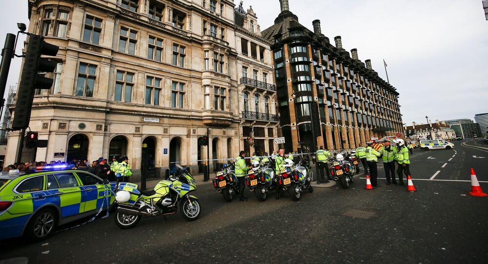 طوق شرطة على حاجز بالقرب من المكان حيث تم التحقيق في سيارة مشبوهة من قبل الشرطة المسلحة في لندن