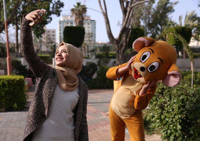 الشابة الفلسطينية وصال أبو عمره، 17 عاما، طالبة مدرسة، تلتقط صورة سيلفي لها في حديقة غزة، 14 فبراير / شباط 2019