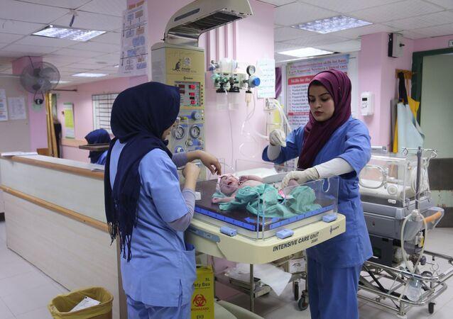 الشابة الفلسطينية سارة أبو طقية (يمين)، 23 عاما، تعمل في مستشفى الأهلي، 10 فبراير/ شباط 2019
