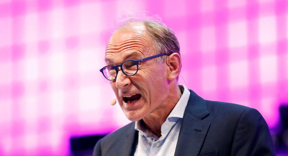 العالم الإنجليزى تيم بيرنرز لى  مخترع الشبكة العنكبوتية العالمية