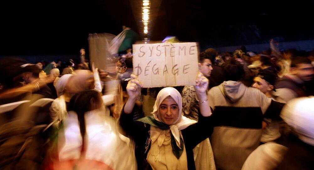 مظاهرة تطالب بتغيير سياسي فوري في الجزائر العاصمة