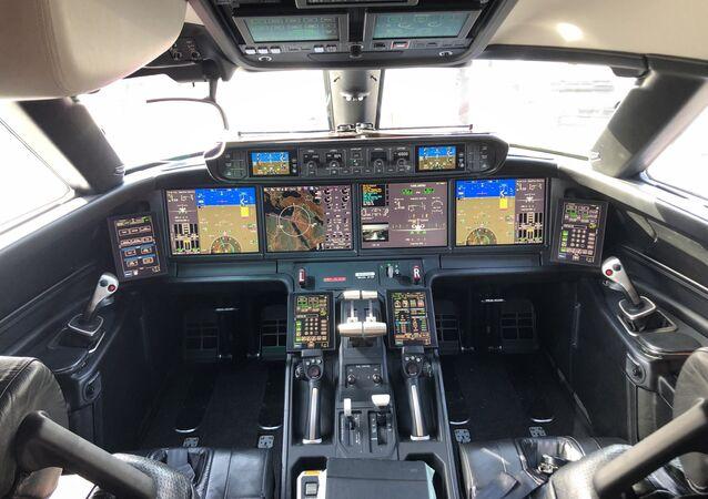 قمرة طائرة أمريكية في معرض السعودية الدولي الأول للطيران