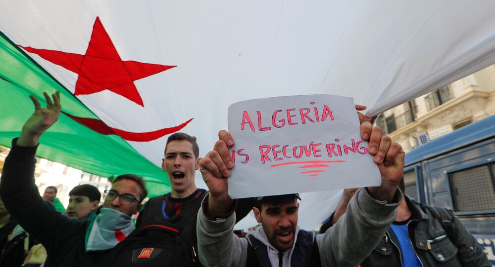 مظاهرة تطالب بتغيير سياسي فوري في الجزائر