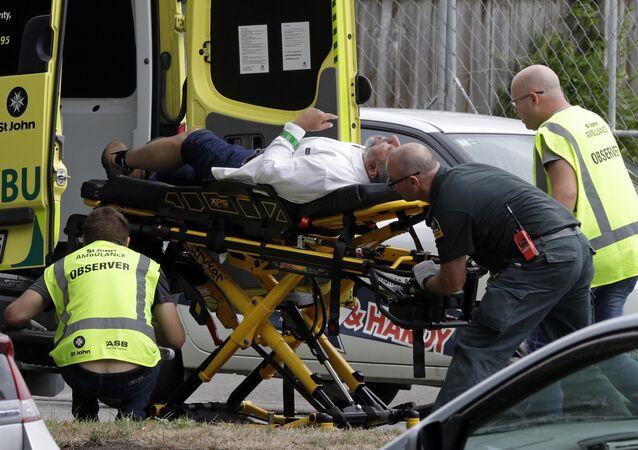 مساعدة الجرحى بعد الهجوم الإرهابي على مسجدين في نيوزيلاندا