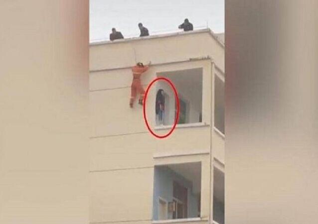 رجل إطفاء ينقذ فتاة من الانتحار