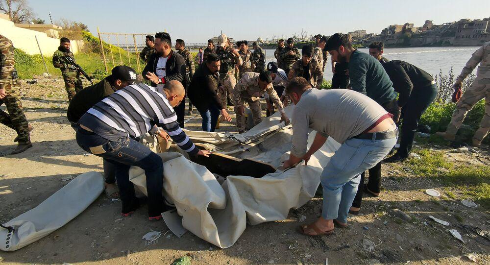عمليات الإنقاذ بالقرب من موقع غرق عبارة في نهر دجلة بالقرب من الموصل في العراق