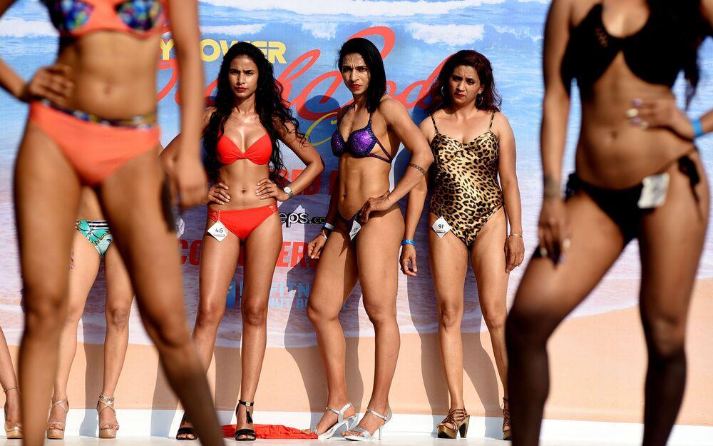 مشاركات في عرض اللياقة البدنية الهندية Bodypower Beach Show على خشبة مسرح، أول كرنفال في الهند على شاطئ البحر، في غوا 16 مارس/ آذار 2019