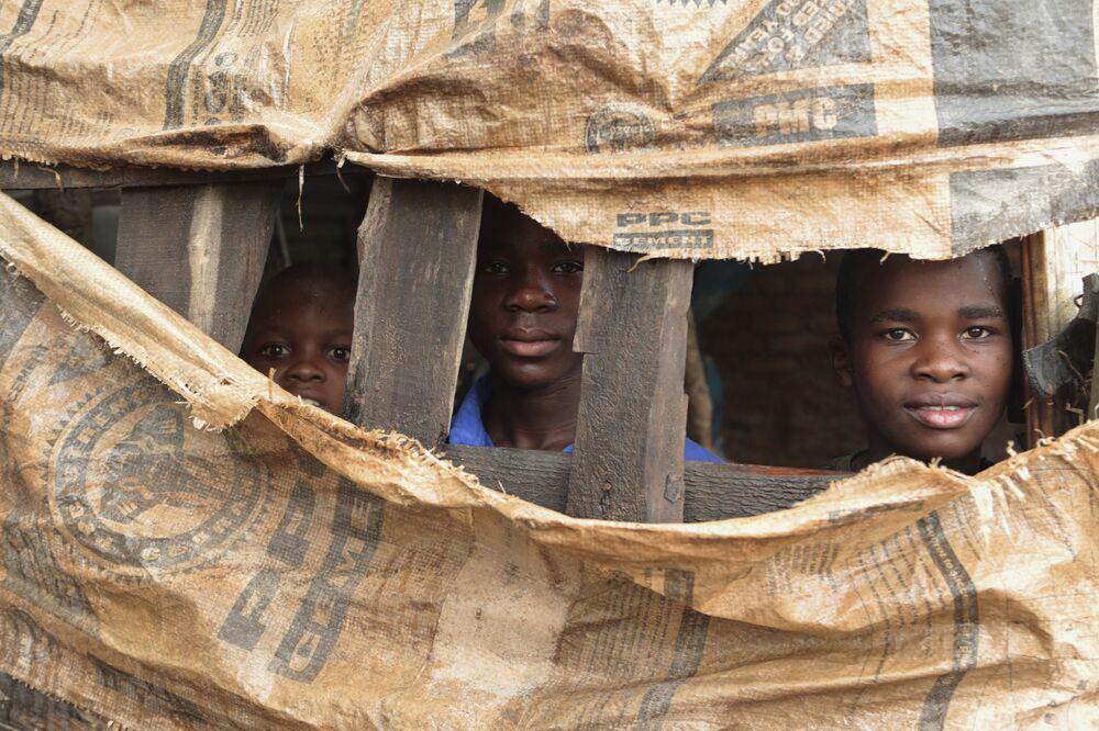 أطفال داخل ملجأ مؤقت في شيمانيماني، جنوب شرق هراري، زيمبابوي، 18 مارس/ آذار 2019