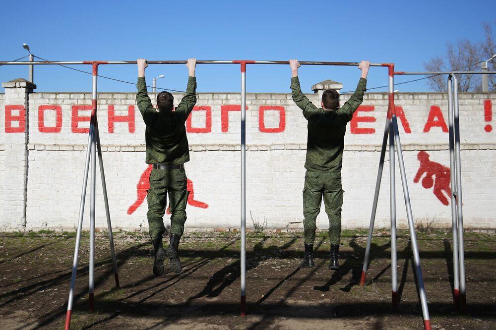 طلاب خلال  فصل التربية البدنية على أراضي مدرسة فولغوغراد باسم ف. ف. سليبتشينكو في فولغوغراد