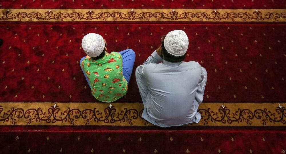 مسلمون أثناء الصلاة على أرواح ضحايا الهجوم الإرهابي على مسجدين في كرايستشيرش في نيوزيلندا، في مدينة هونغ كونغ 18 مارس/ آذار 2019