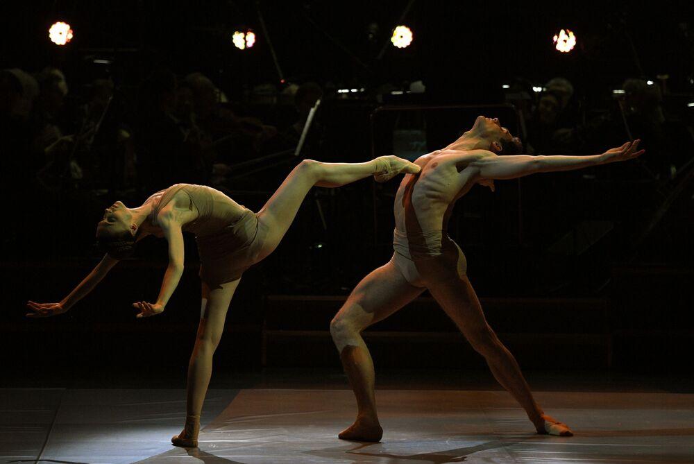راقصة الباليه في المسرح الكبير الروسية سفيتلانا زاخاروفا، وراقص الباليه ياكوبو تيسي يؤديان رقصة باليه من مسرحية Caravaggio ل. مونتيفيردي، في حفل توزيع جوائز برافو